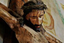 """Ježiš povedal: """"Otče, odpusť im, lebo nevedia, čo robia."""" Potom hodili lós a rozdelili si jeho šaty. ( Lk 23:34 )"""